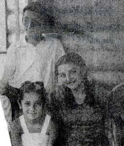Cтою я, З. Меклер, справа сидит Соня Меклер, убитая в Баево фашистами, слева - Айда Величко, живущая в Москве.