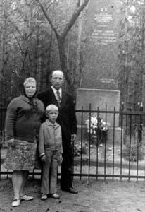 Зуся Гутман с семьей у памятника расстреляным евреям Бешенкович