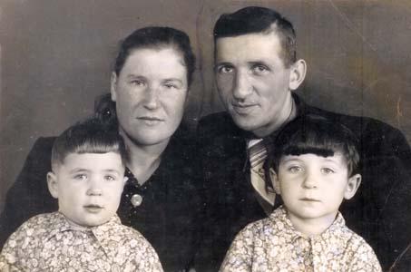 уся Гутман и Анна Гуревич с дочерьми Зиной и Аллой