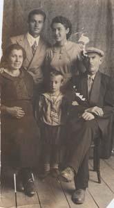 Сидят: мама Брони, ее брат Илья и отец. Стоят: брат Гриша и сестра Соня. Бешенковичи.