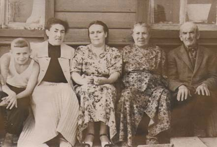 Справа налево: Бронины папа, мама, жена брата Гриши Мария, Броня, сын Гриши.