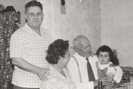Слева направо: Фима Караковский; его жена и сестра Брони Соня; Бронин дядя Исаак Рыжик; внучка Сони. Август 1975 г.