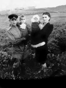 Мои родители, мой брат Наум и я. Дальний Восток, июнь 1946 г.
