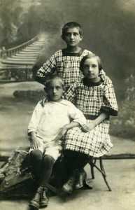 Мой папа с сестрами Беллой и Кларой. Слуцк, 1924 г.