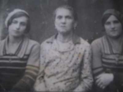 Моя мама (справа), сестра Дора и бабушка Сара. Бешенковичи.