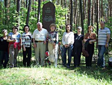 Мы у памятника в Бешенковичах.