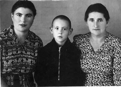Муся Рабкина (Шейнина) с сыном Юрой.