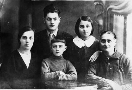 Прабабушка Геня, бабушка Песя и ее дети.