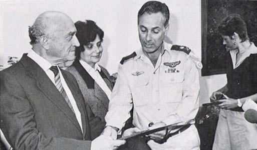 Командующий авиацией генерал-майор Авиу Бен Нун вручает Льву Овсищеру диплом почетного полковника авиации Израиля. Рядом со Львом его жена Таня, верная спутница и соратница в их борьбе за выезд.