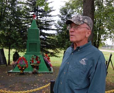 Антон Буболо у памятника воинам-освободителям.