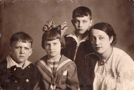 Бабушка Роза с детьми в эвакуации.
