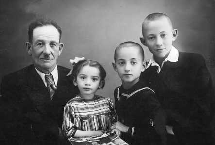 Даниил Альтман с внуками.