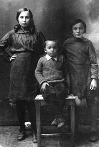 Galina, Liubov and Vladimir Raihman, Dubrovno.