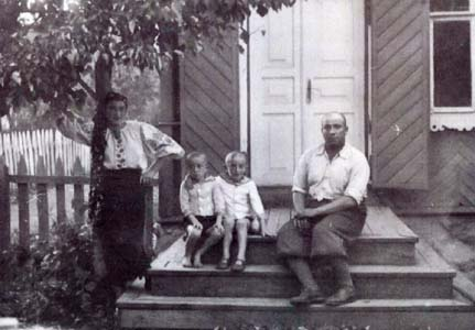 House in Krulevshizna. Photo of the family in front of the house.
