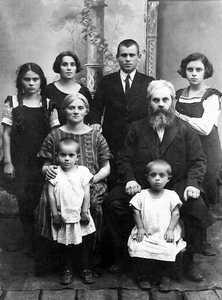 Жители Глубокого: Шолом Вайштейн с женой и детьми. Мириам и Нохум-Шоул Едидовичи.