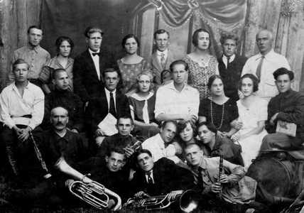 Коллектив народной самодеятельности. Во втором ряду третий слева мой отец. В возрасте 10-ти лет он вместе с Марком Шагалом учился рисовать у витебского художника Юрия Пена.