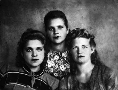 Sora Shofman (in the center) and the Prokofiev sisters.