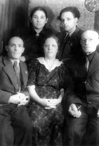 Sitting: Peisah Shulman with wife Fruma, Ruvim Shulman. Standing: Peisah's son Mikhail with wife.