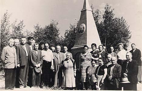 Посещение основного памятника в д. Зайцево<br />вскоре после открытия.