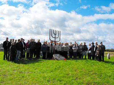 Официальная церемония открытия кладбища в местечке Камаи.