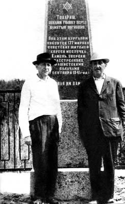 Before opening of memorial in Kamen. My father – to the left, Joseph Reitman – to the right. Photo by Girsh Raihelson.