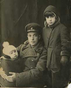 Айзик Фурман с детьми.