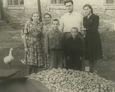 Бася Василевская (Фурман) с семьей.