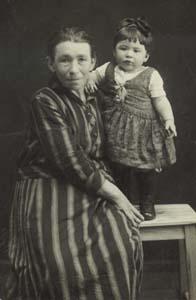 Бабушка Хана с моей сестрой.