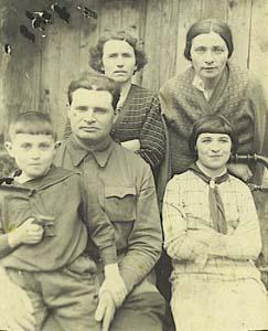 Сидим – я на коленях у папы, сестра, стоят моя мать и Хана Дыкман. 1940 г.