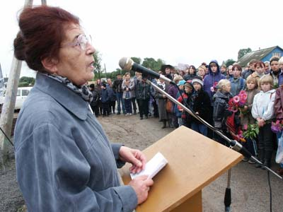 Olga Notkina at the opening of memorial to Jews, executed in Kolyshki.