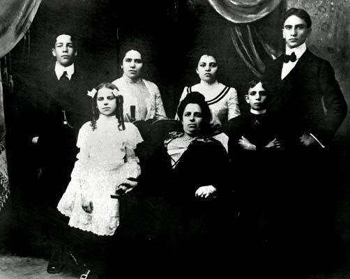 Cемья Гинзбург из местечка Кубличи.<br />Дженни, вдова, справа от нее Фанни, слева от нее Фредерик (мой отец).<br />Далее слева направо: Авраам, Белла, Сади и Самюэль.<br />Фотография сделана в г. Пассаик, Нью Джерси между 1900 и 1910 гг