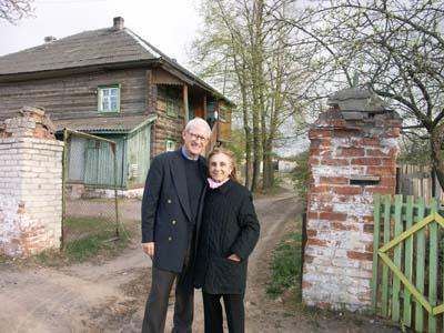 Мэрл и Барри Гинзбурги у здания бывшей Лепельской синагоги.