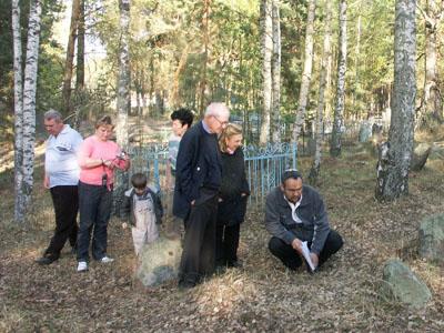 Мэрл и Барри Гинзбурги на Лепельском еврейском кладбище.