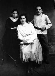 Соша-Рохл, сестра Менделя, с детьми.