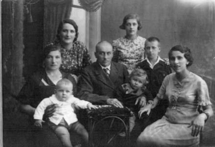 Мендель – в середине, Ита – с внучкой на руках.