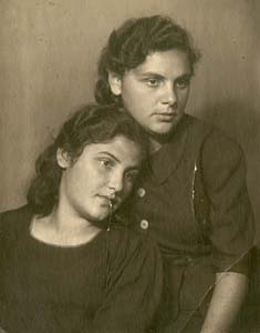 Бася и Перла Лившиц.