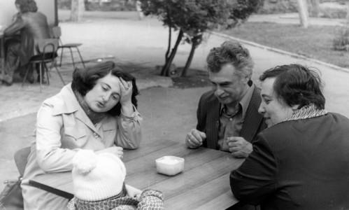 Арон Давидович с женой и младшей дочерью Кларой.