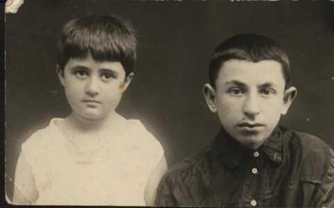 Вуля Фарбман с сестрой.