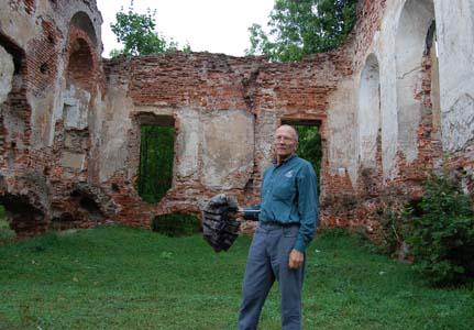 Антон Бубола у развалин дворца.