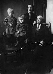 Самуил, Михаил, Соня Зеликовна и Симон Залманович.