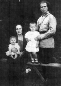 Левины Алексей Маркович и Геня Романовна и их дочери Эмма и Лена.