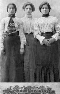 Моя мама (справа) с подругами-продавщицами.