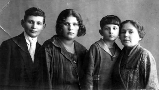 Дядя Моисей с женой Соней и детьми, Баку, 1925 г.