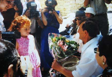 Внучка Цили Циммер вручает цветы ПБелевичу.