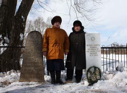 Maria Kovaleva, ghetto prisoner, and Isaak Golynkin's wife Ludmila. Next to memorial to ghetto prisoners of Shumilino.