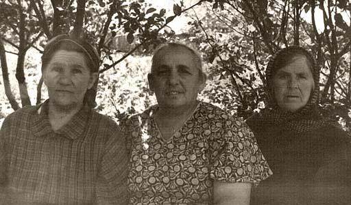 Софья Яковлевна Массарская(Старосельская) (в центре).