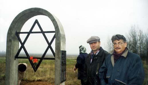 Mikhail Rutkin and Boris Khesin next to the memorial to Jews, executed in Sirotino.