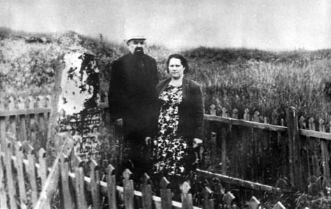 Ruvim Lazarevich Massarsky with his wife Nadezhda Mikhailovna, at the place of execution of his relatives in Sirotino. The memorial was set up in 1957.