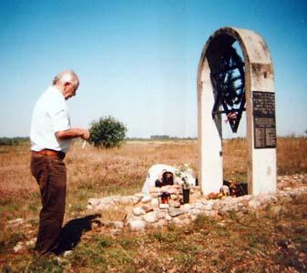 Скобелев Григорий Меерович и его сын Михаил у памятника расстрелянным евреям местечка Сиротино.