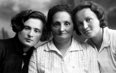 В центре Эли-Шева Гельфонд, справа Сара Гельфонд (по мужу Давидзон). 1940 г.